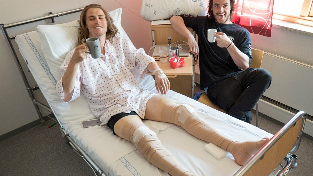 SMILING: Ståle Sandbech smiles despite double knee replacement. Here he was visited by friend and snowboarding colleague Torgeir Bergrem at the hospital bed. PHOTO: PRIVAT